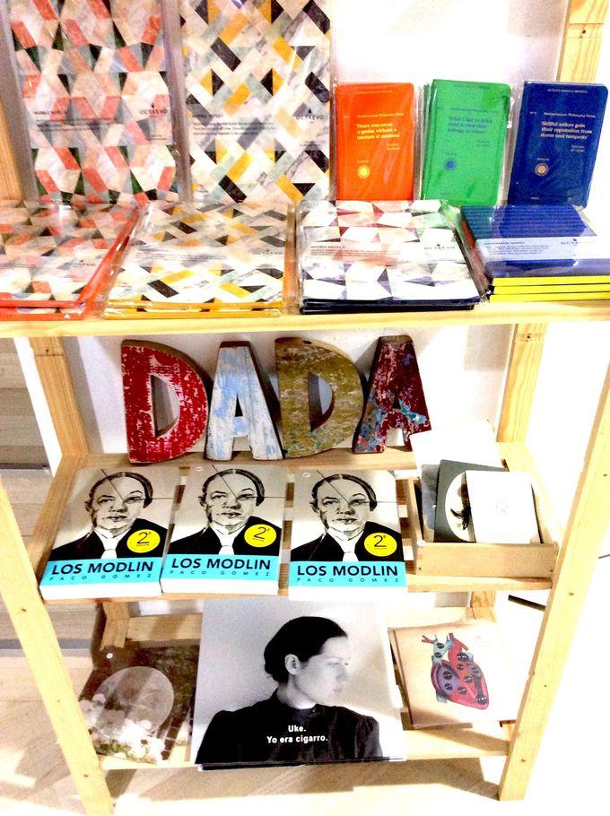 本やレコードも売っています!