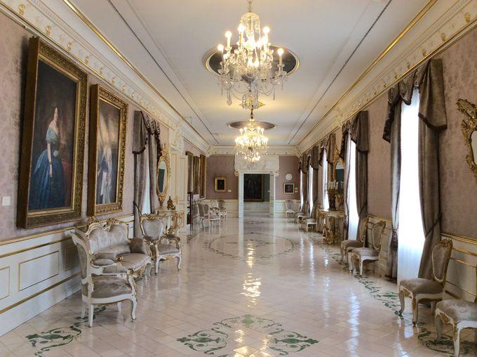 ネオ・クラシック様式の優雅な廊下