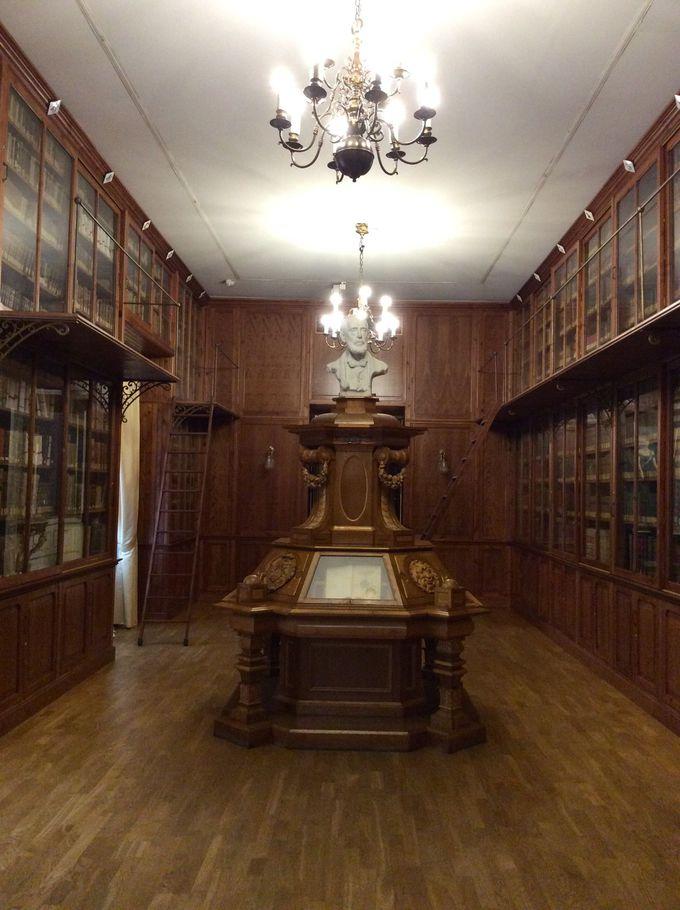 荘厳な「セラノ・モラーレス図書室」も見応えあり
