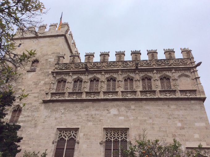 お城かと見間違える荘厳な建物!
