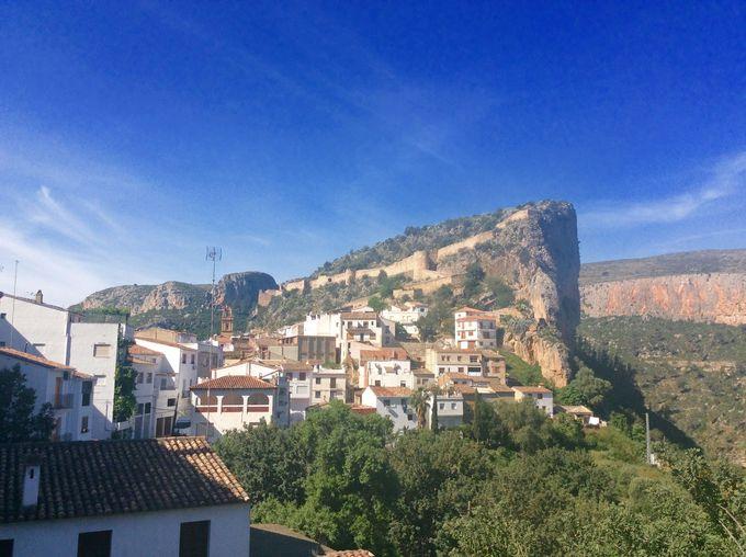 穏やかな街並みと対照的な断崖絶壁!