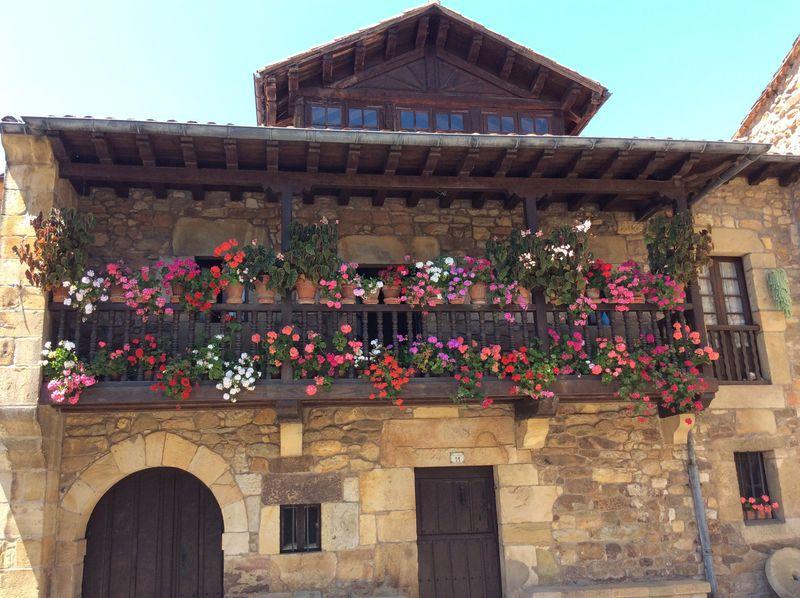 スペイン北部のバルコニーから花溢れる美しい村「リエルガネス」