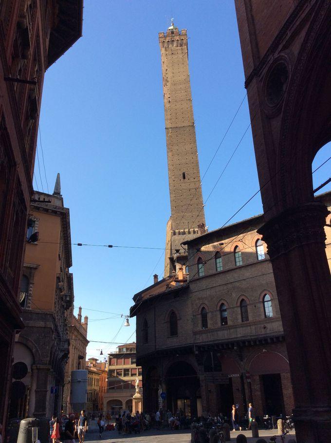 ボローニャの斜塔「ガリゼンダの塔」の傾きを楽しみましょう!