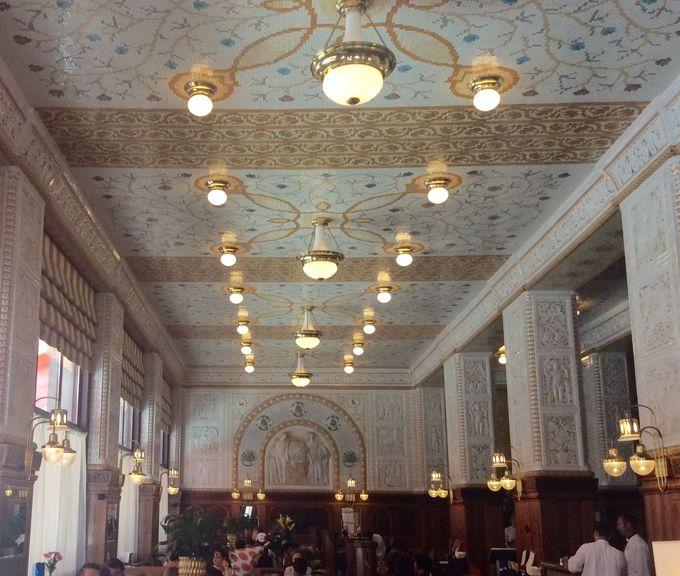 タイル装飾が圧巻の「カフェ・インペリアル」