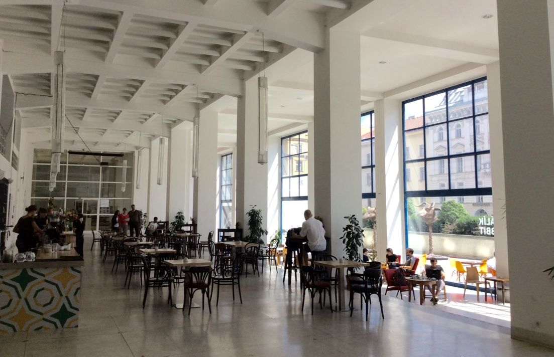 心地よいカフェが来場者を迎える美術館「ヴェルトゥルジュニー宮殿」