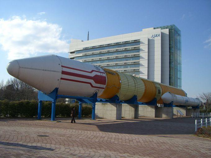 50メートルもある本物のロケットを展示