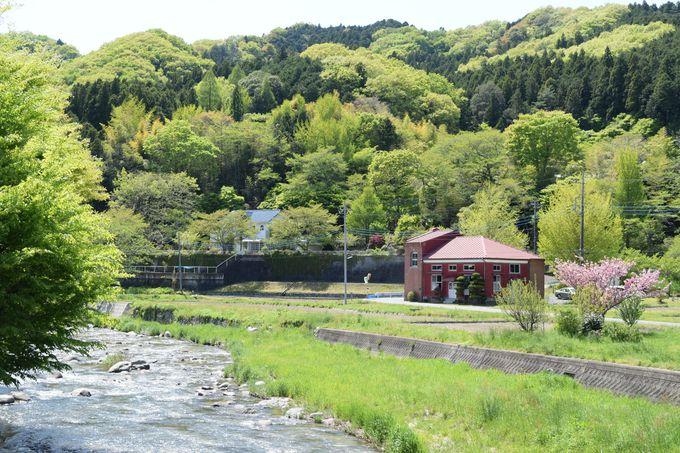 佐久間由衣さん演じる助川時子が聖火リレーのバトンを受け取る「旧町屋変電所」