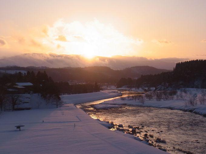 冬にしか出会えない!夕日にきらめく小国川