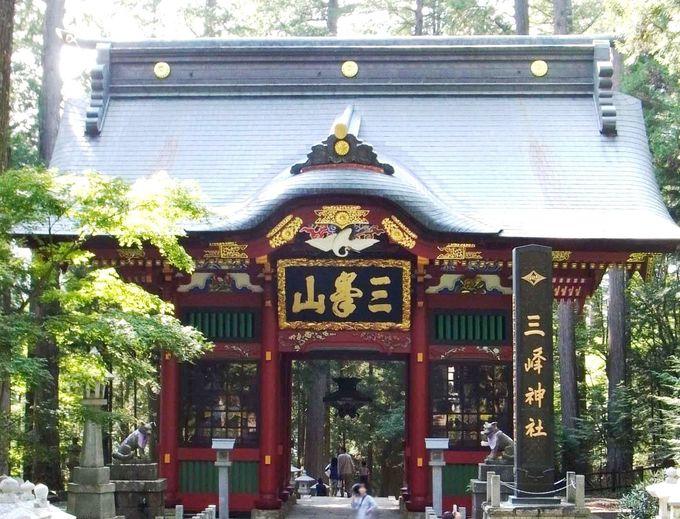 荘厳な随身門をくぐって拝殿へ