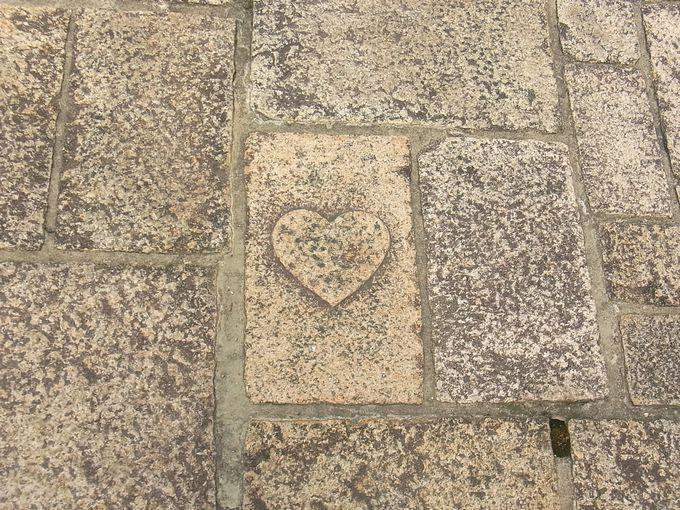 ハートの石畳がつなぐ絆