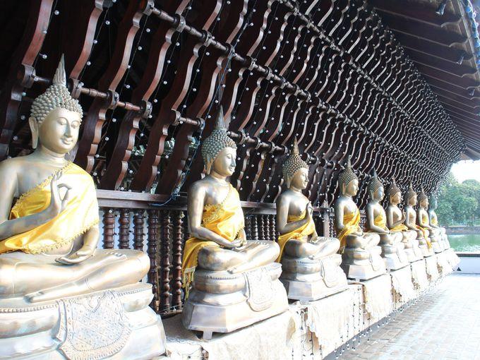 格子にぐるりと囲まれたモダンな寺院設計の隠れた秘密
