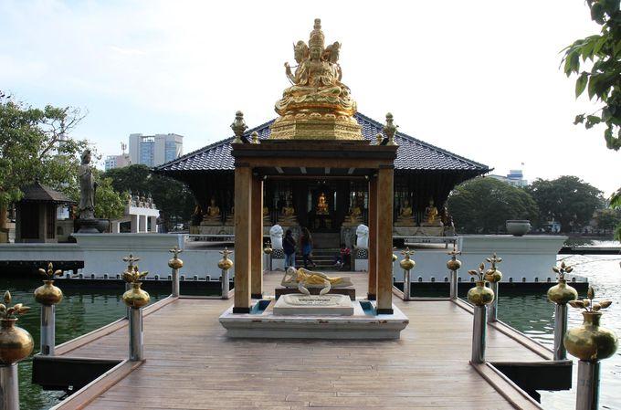 青い瓦屋根が美しいシーマ・マラカヤ寺院のたたずまい