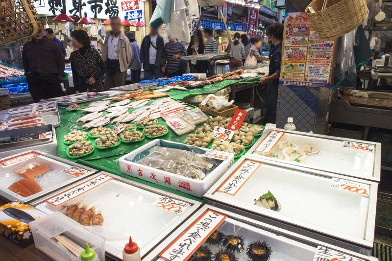 地元の買い物客と観光客で賑わう「近江町市場」