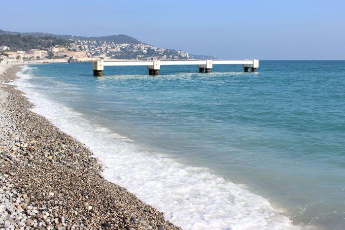 潮の香りを満喫しながら、ゆったりと玉砂利の浜辺を散歩。