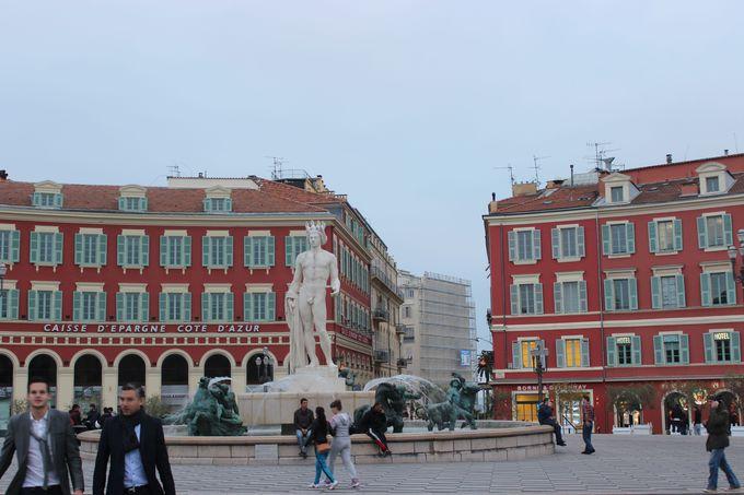 トラムが走る人々の憩いの場、マセナ広場。