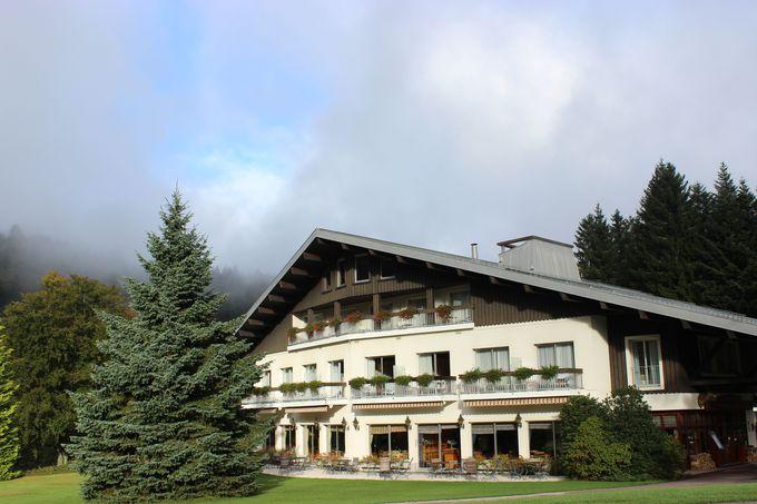 スピリチュアルな場所に建つ、シャレー風ホテル。