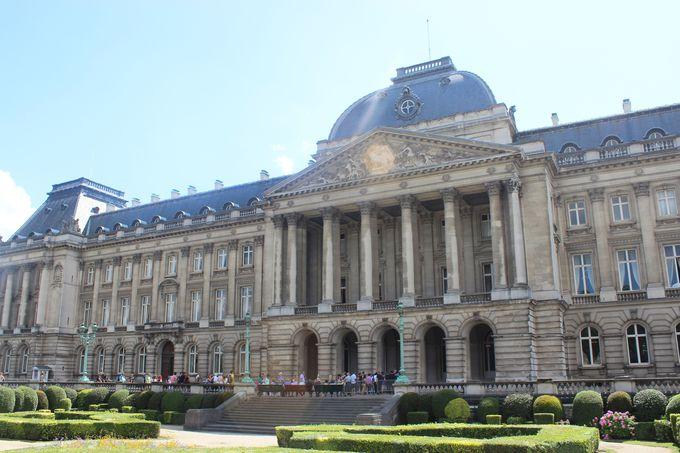 直線と左右対称の美「ルイ16世様式」の宮殿。