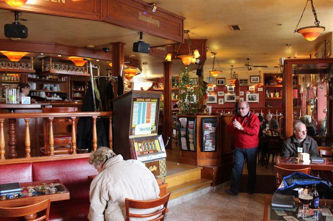 シメイ市民に愛される娯楽施設「カジノ」のカフェ。