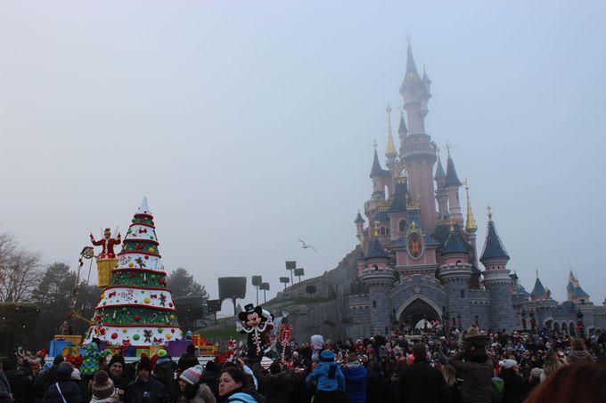眠りの森の姫城の目の前で、パレード見学の特等席を確保!