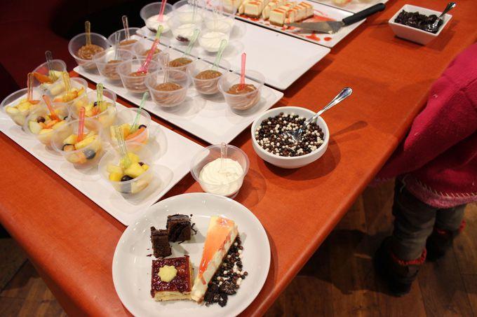 別テーブルにはフルーツとデザートのビュッフェも!