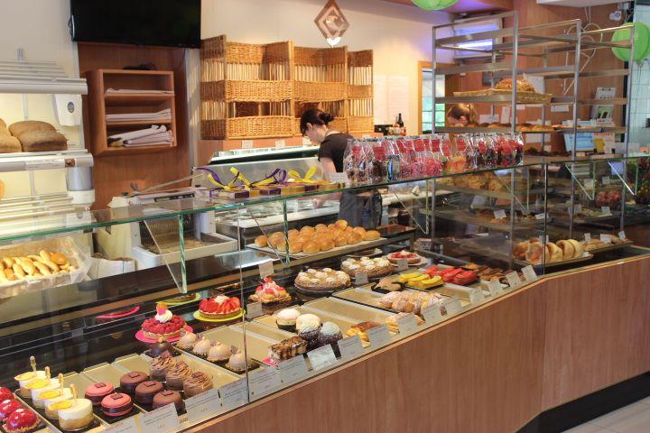モテはカラフルな焼き菓子に彩られ楽しさいっぱいの店内!