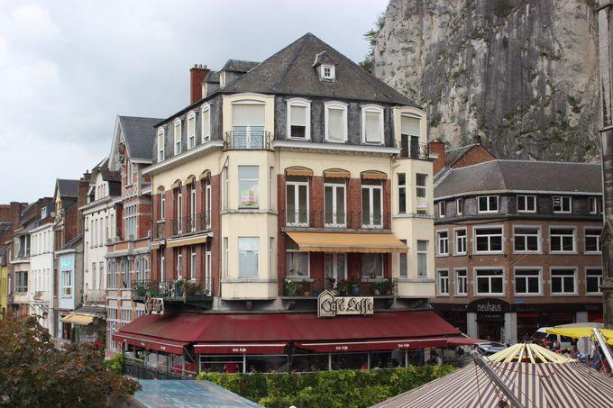 レストラン・カフェ・レフはディナン観光の中心地に建つ便利の良さ
