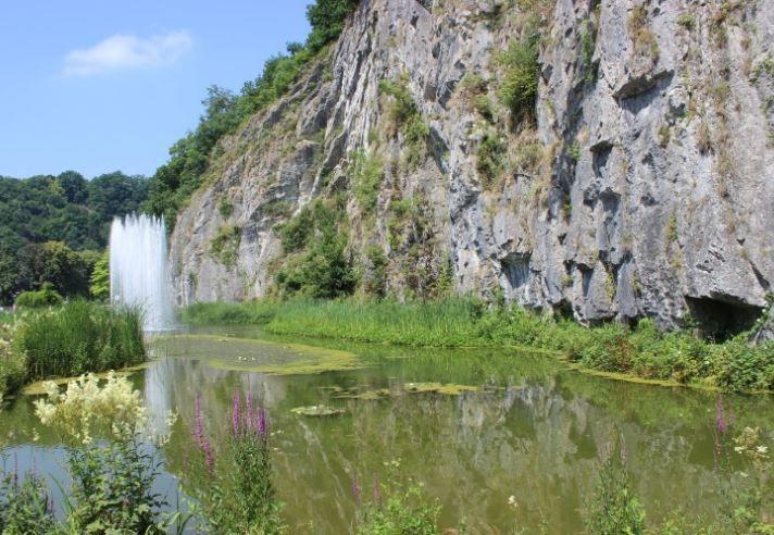 デュルビュイのユニークさを物語るドーム型自然岩!