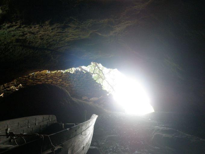 港の正面に洞窟を発見!?