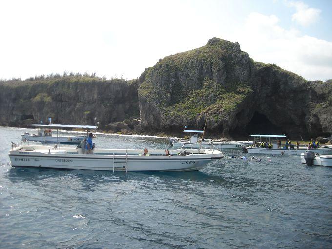 ボートは洞窟手前に到着!いよいよ海に入って接近!