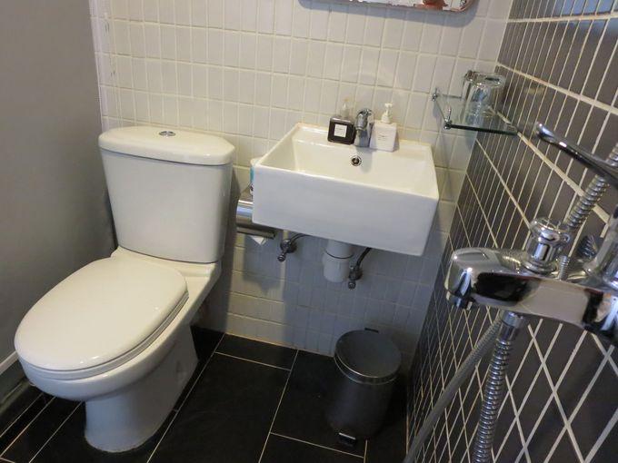 さらに、ベッドをおりると2歩でトイレ&シャワールーム!