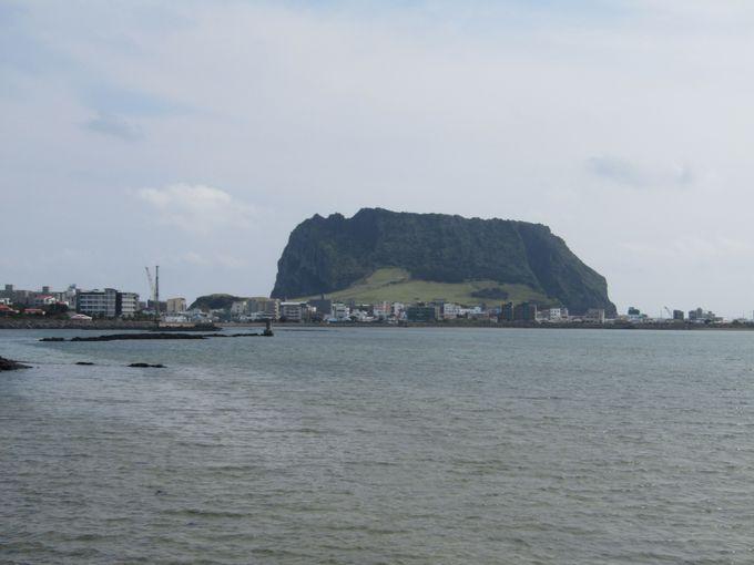 済州島の東に突き出た巨大な溶岩山「城山日出峰」