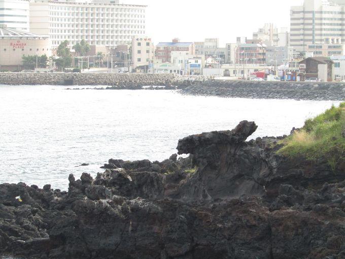 海の中から龍が出現?「龍頭岩」