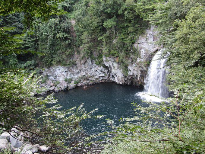 渓谷の奥に流れ落ちる「天帝淵瀑布」第三の滝