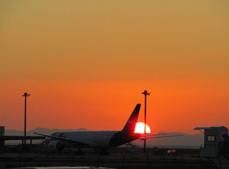眺望絶佳「日本の夕陽百選」に選ばれた関西空港島の雄姿5選