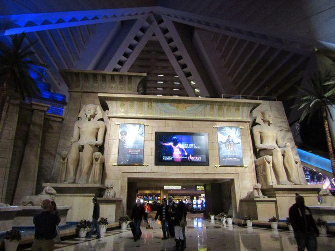 メインエントランスにそびえる神殿の塔門と神々の石像