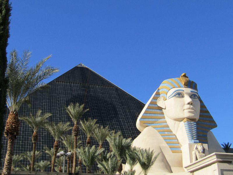 世界で唯一のピラミッド型ホテル「ルクソール」ラスベガス