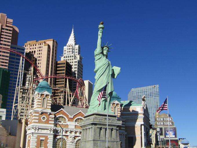 ニューヨークの摩天楼を従える自由の女神