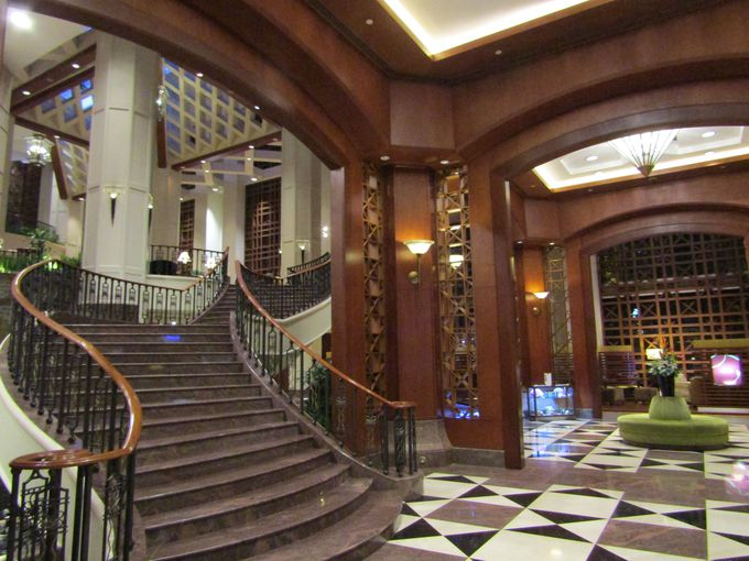 ゲストを圧倒!ロビーから続く階段はらせんを描いて3階まで