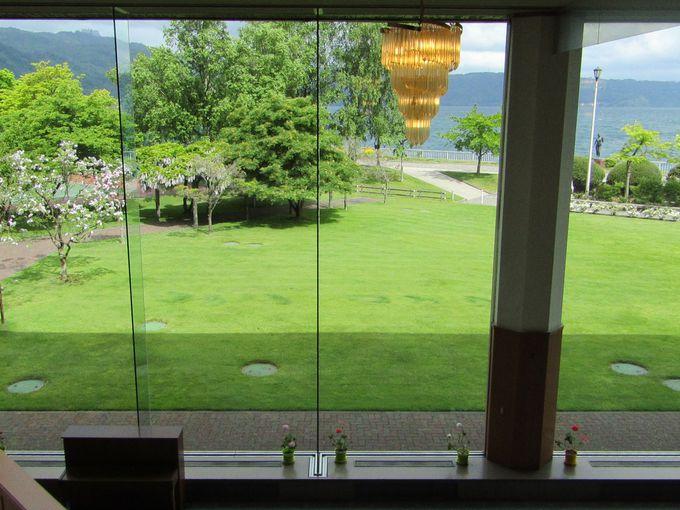 目の前に広がる洞爺湖、館内から眺める絵画のような美しさ