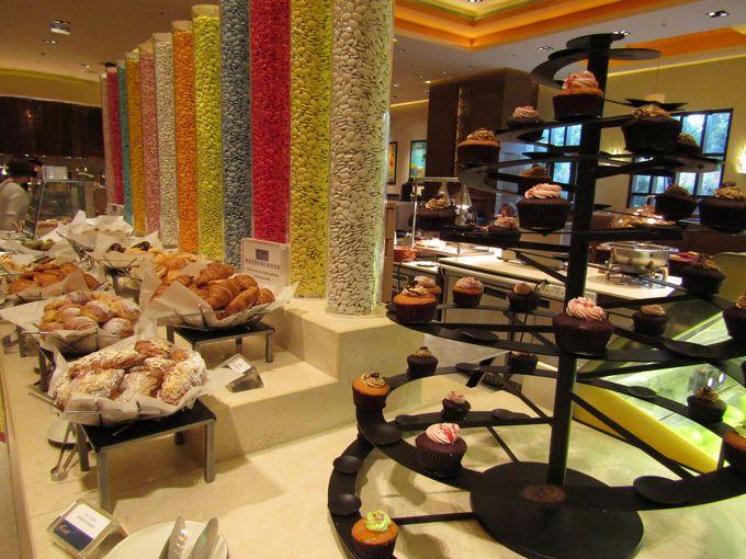 世界各国の料理が楽しめる「フィースト」のビュッフェは一番人気