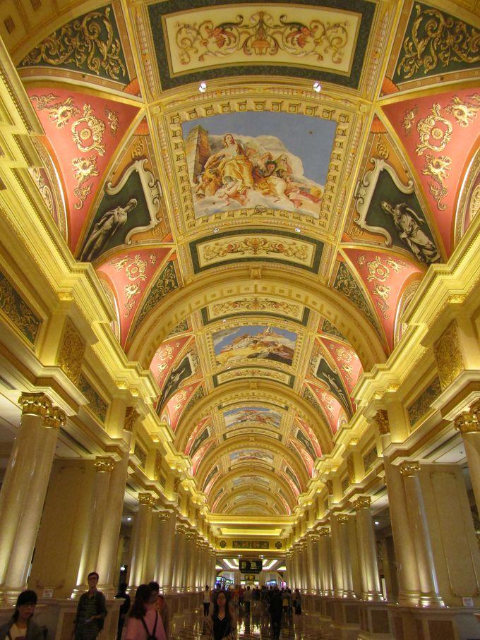 天井画の美しさに圧倒され、ポーズをつくった人物は置き去り?「ヴェネチアン・マカオ・リゾート」