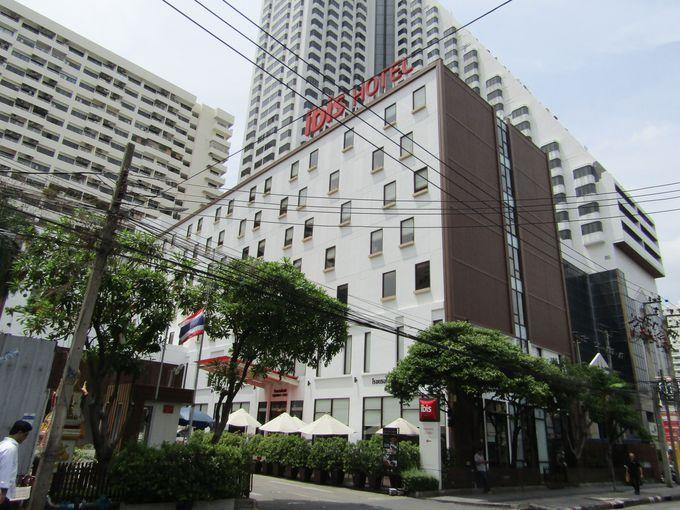 バンコクの夜の街に建つエコノミーホテル