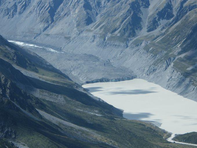渓谷内を歩く人気のハイキングコース