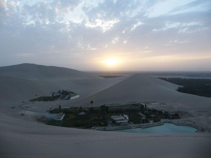 広大な砂漠の「鳴沙山」にオアシス「月牙泉」は映える。シルクロードのイメージにピタリと符合。