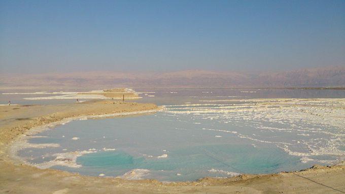 対岸にはヨルダン…イスラエル側から死海を臨む