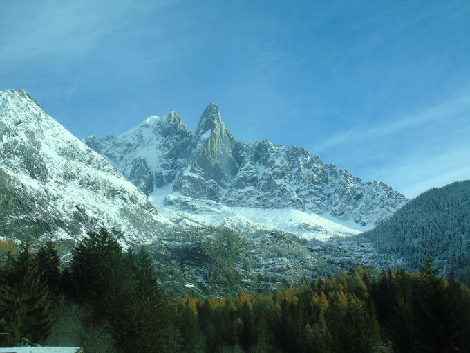 麓でも残雪量が違うシャモニー界隈の集落の景色