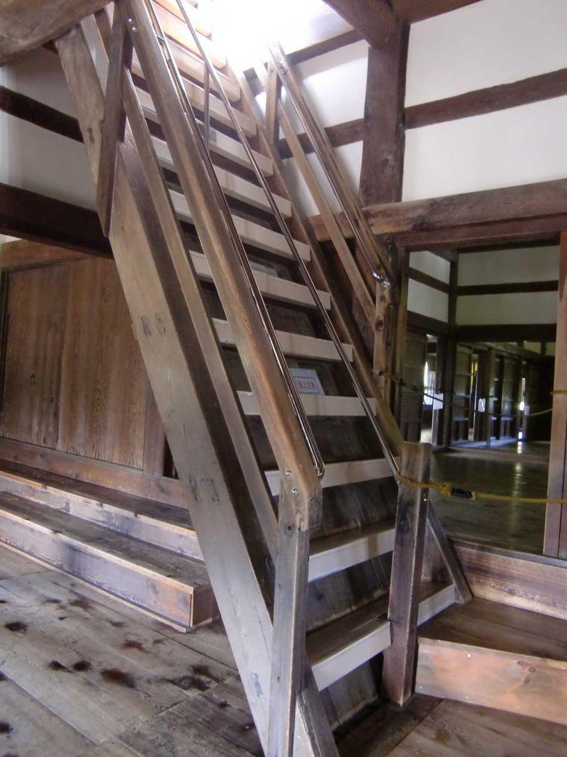 ひゃああ、見た目はほぼ垂直!角度62度の急階段は気を付けて上りましょう