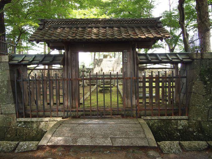 本能寺の変後、秀吉が信長ゆかりの品等を埋葬して御廟とした信長公御廟