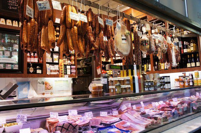 肉加工品や多彩なチーズ、お惣菜も充実