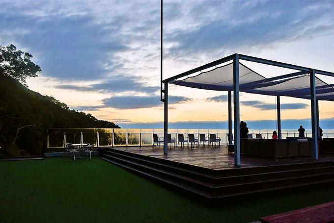 朝日を眺めながらカフェが楽しめる「港デッキ」と「灯台デッキ」